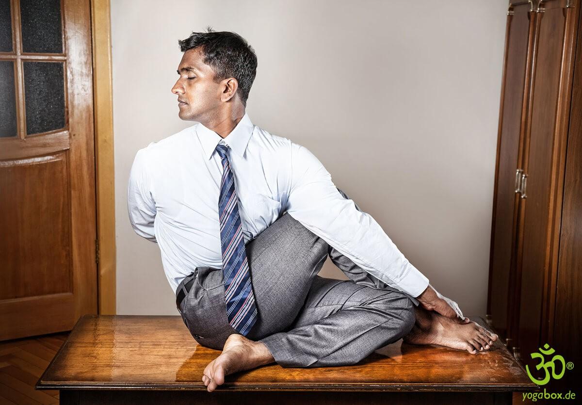 Entspannt arbeiten: Yoga im Büro