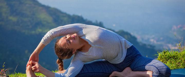 Parivritta Janu Shirshasana: die umgekehrte Kopf zum Knie-Pose