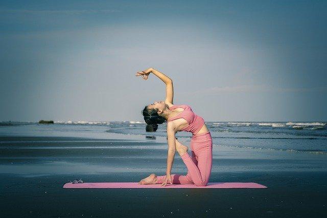 5 hilfreiche Yoga Übungen gegen Kopfschmerzen und Migräne