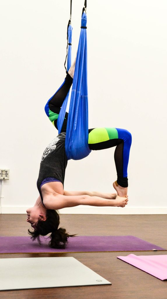 Aerial Yoga: die Kunst sich im Tuch fallen zu lassen
